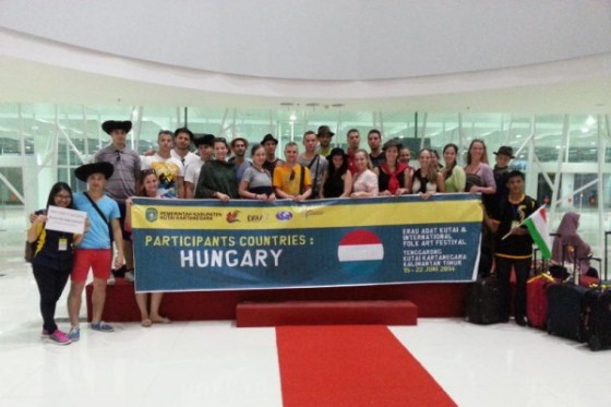 A-Debreceni-Hajdu-Tancegyuettes-megerkezett-Indoneziaba-600x400
