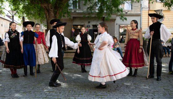A Hajdú Táncegyüttes táncosai Pünkösd előtt -Debrecen, Hal köz
